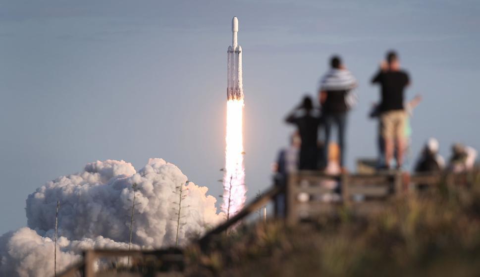 SpaceX tiene dos cohetes operativos: el Falcon 9 y el Falcon Heavy. Foto: AFP