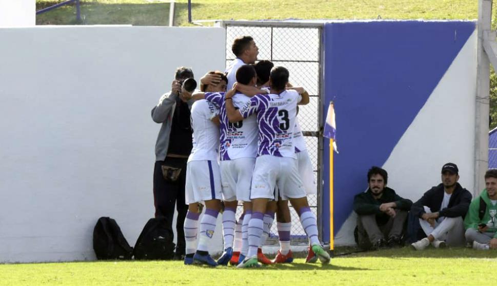 Fénix festeja el gol de Alex Silva contra Nacional
