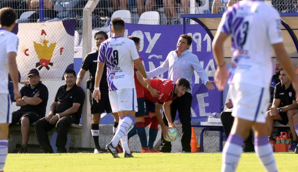 Carrasco protestando una acción al árbitro