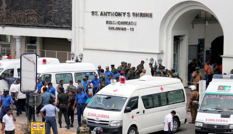 Militares de Sri Lanka hacen guardia frente a una de las iglesias afectadas por los ataques. Foto: Reuters