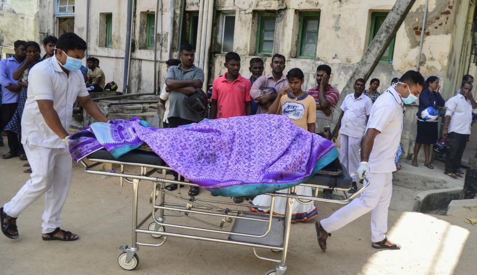Trabajadores de hospitales transportan muertos y heridos tras los ataques. Foto: AFP