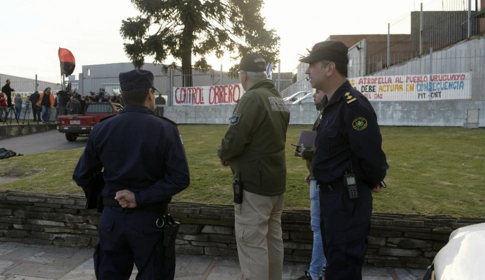 Los trabajadores del gas abandonaron ayer el local operativo técnico de MontevideoGas tras una orden la Justicia. Foto: Marcelo Bonjour.