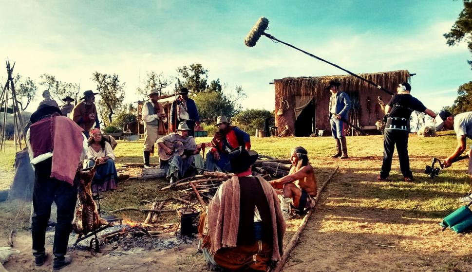 El trabajo técnico de la producción se centró en la reproducción de la vestimenta, armas, costumbres y la infraestructura del siglo XIX. Foto: El País