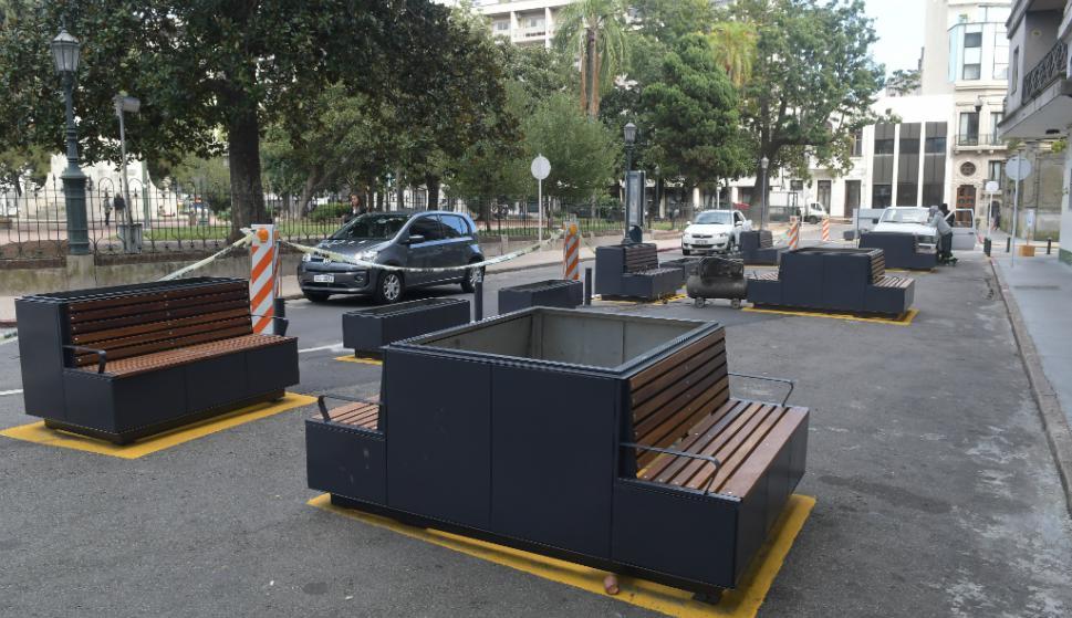 La Intendencia defiende mobiliario en la Plaza Zabala frente a la presión de vecinos