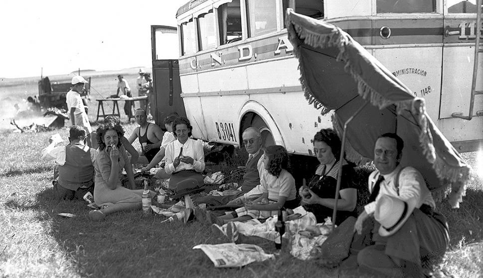 Algunos turistas descansan a la sombra de un viejo ómnibus de Onda. Foto: Archivo El País