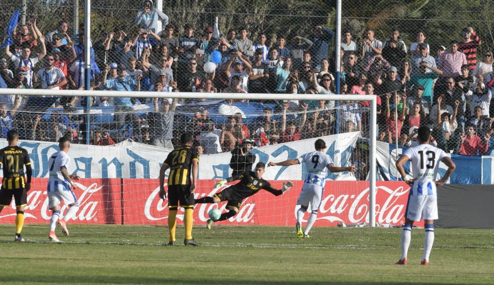 El gol de Sebastián Sosa, de penal, ante Kevin Dawson. Foto: Francisco Flores.