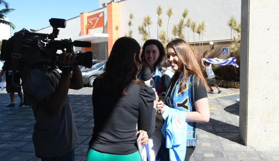 Los periodistas brasileños interesados en aquellos que se hicieron presentes con banderas de Uruguay. Foto: Gerardo Pérez
