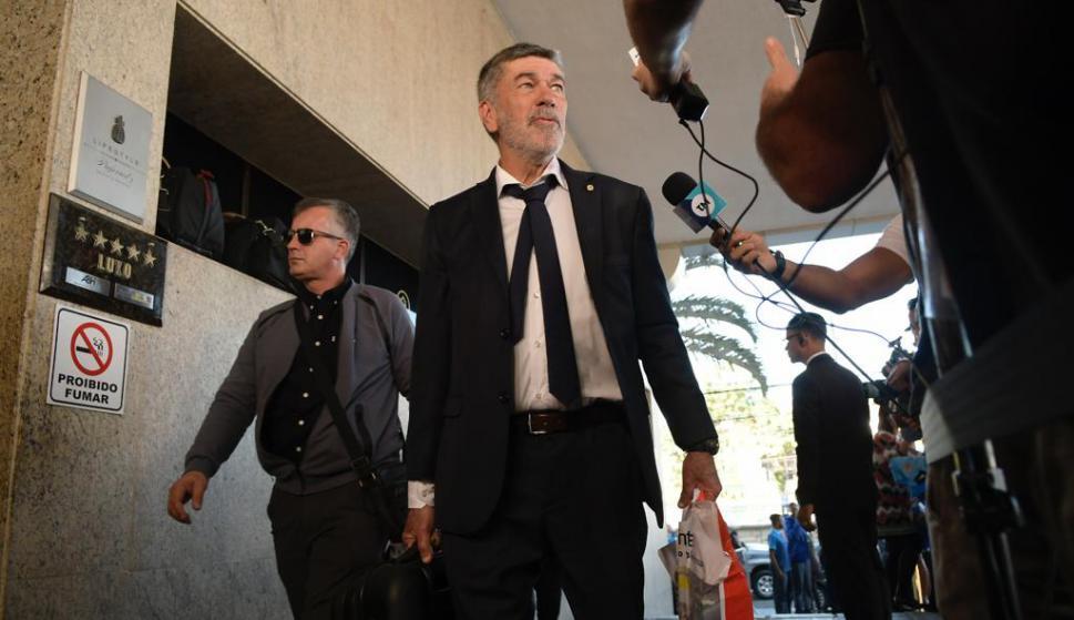 El profe José Herrera arribando al Hotel Ouro Minas donde se instaló Uruguay. Foto: Gerardo Pérez.