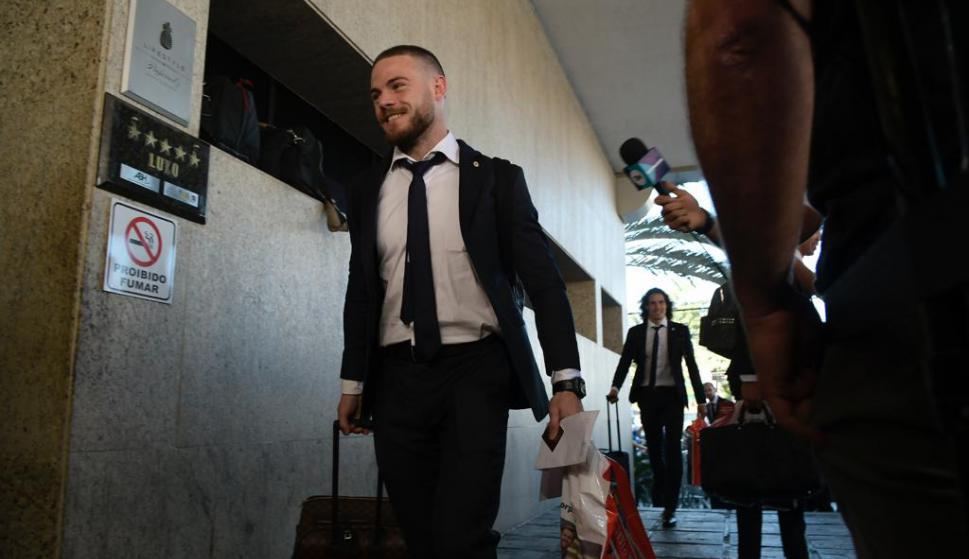 Nahitan Nández llegando al hotel Ouro Minas junto a sus compañeros. Foto: Gerardo Pérez.