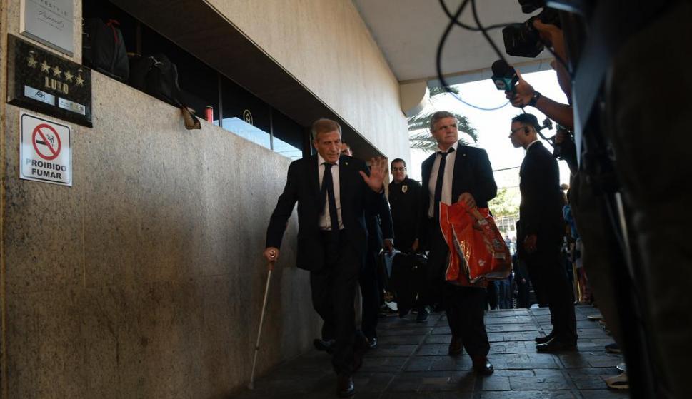 El entrenador, Óscar Tabárez, saluda a la prensa que se apostó en la puerta del hotel Ouro Minas. Foto: Gerardo Pérez.