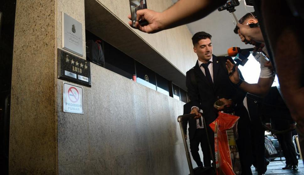 Luis Suárez fue uno de los más solicitados en el arribo a Belo Horizonte. Foto: Gerardo Pérez.