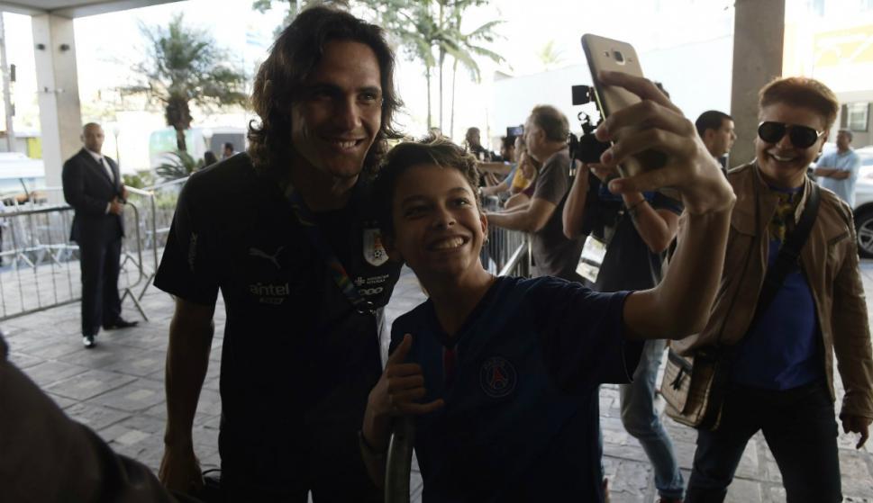 Edinson Cavani junto al niño Héctor, quien consiguió la selfie tan ansiada. Foto: Gerardo Pérez.