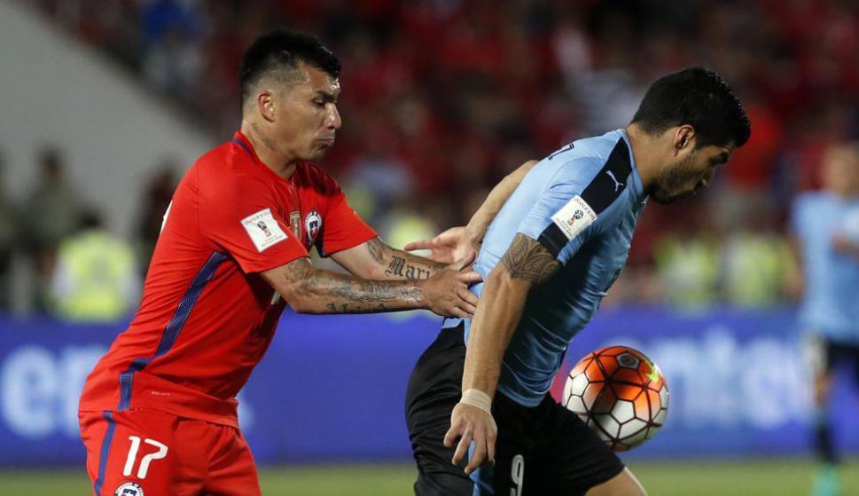 Gary Medel y Luis Suárez en un partido entre Uruguay y Chile. Foto: EFE.