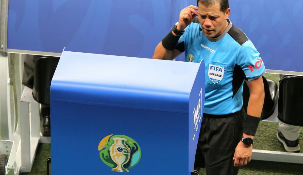 Víctor Carrillo, arbitro de Perú. Foto: EFE.