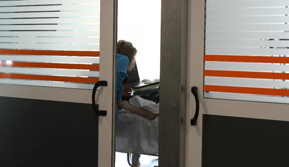 Paciente en sala de aislamiento del Hospital Maciel. Foto: Leonardo Mainé
