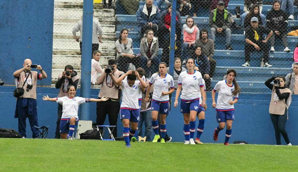 Peñarol se quedó con el clásico en el Parque Central y el Apertura del fútbol femenino. Foto: Leonardo Mainé / El País