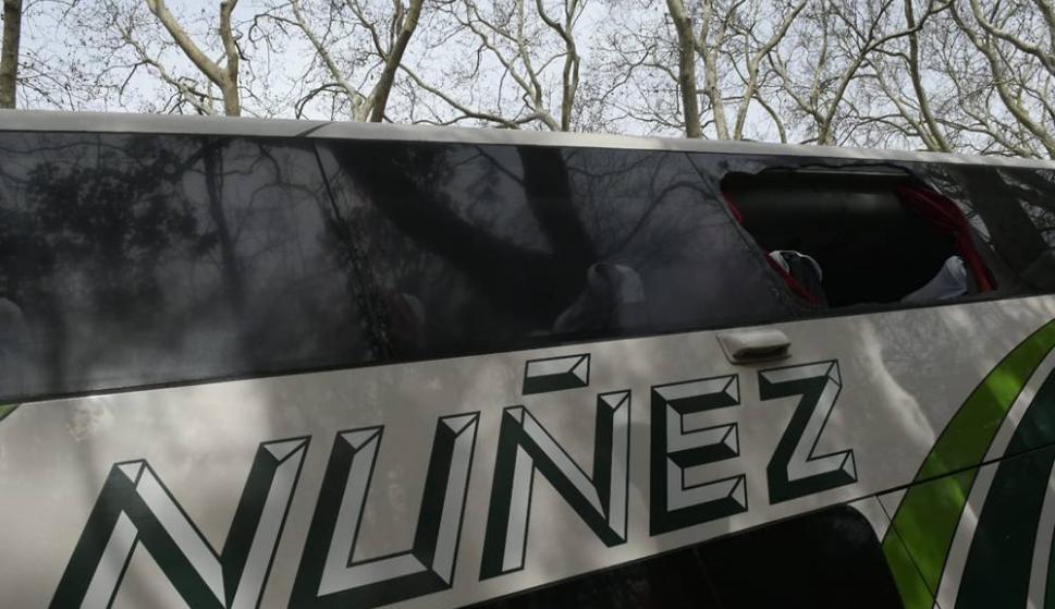 Él ómnibus de Peñarol fue apedreado y rompieron dos vidrios en el camino al Saroldi. Foto: Marcelo Bonjour
