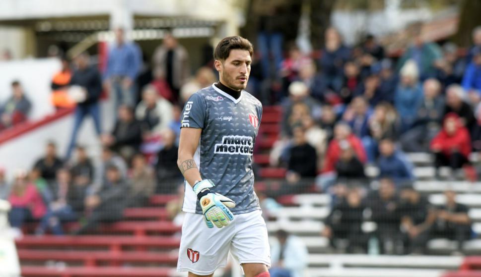 Gastón Olveira volvió a repetir una gran actuación ante un grande. Foto: Marcelo Bonjour / El País