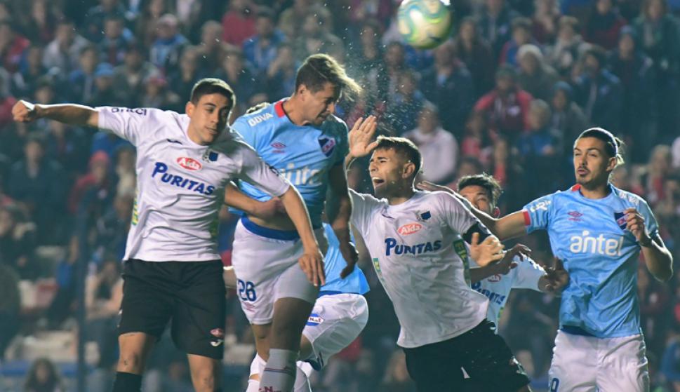 Armando Méndez y el cabezazo para poner el primer gol de Nacional ante Liverpool. Foto: Francisco Flores.