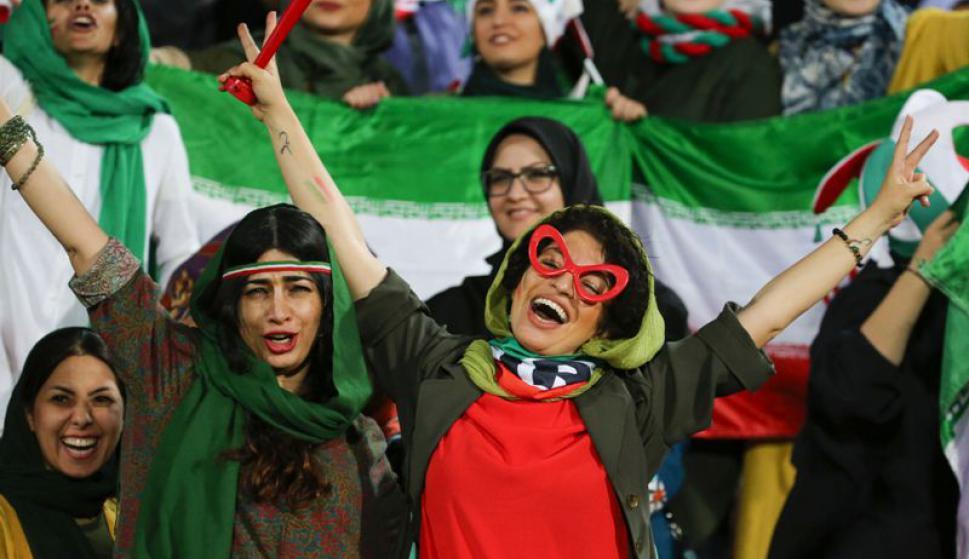 Partido histórico: Irán vs Camboya en el que asistieron mujeres por primera vez luego de 40 años. Fotos: Reuters y AFP.