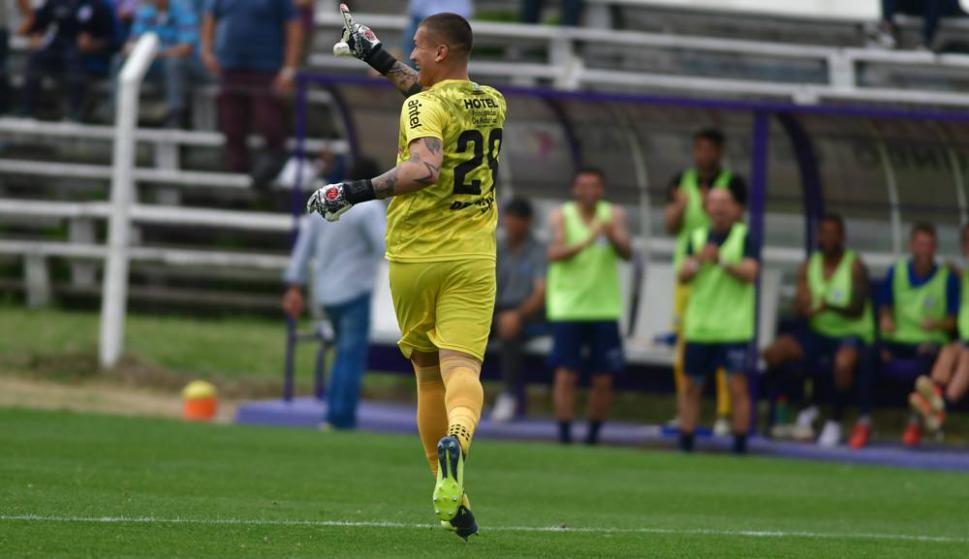 La alegría de Washington Aguerre tras el gol anotado de arco a arco en el encuentro entre Cerro Largo y Cerro. Foto: Fernando Ponzetto.