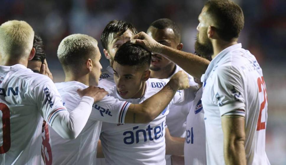 Saludo. Todos fueron a festejar con Santi Rodríguez, que en una buena jugada liquidó el partido y volvió a anotar un gol después de cinco meses.