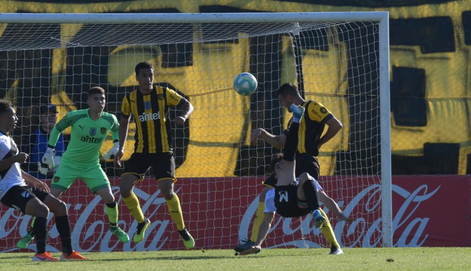 Rodrigo Abascal y Fabricio Formiliano se afianzan en la zaga de Peñarol. Foto: Gerardo Pérez.