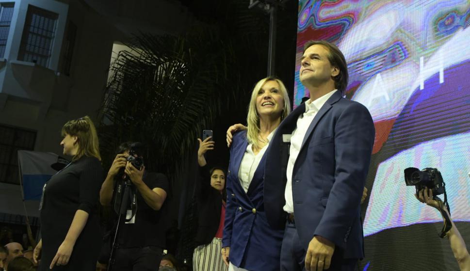 Luis Lacalle Pou junto a Beatriz Argimón este domingo de noche. Foto: Fernando Ponzetto