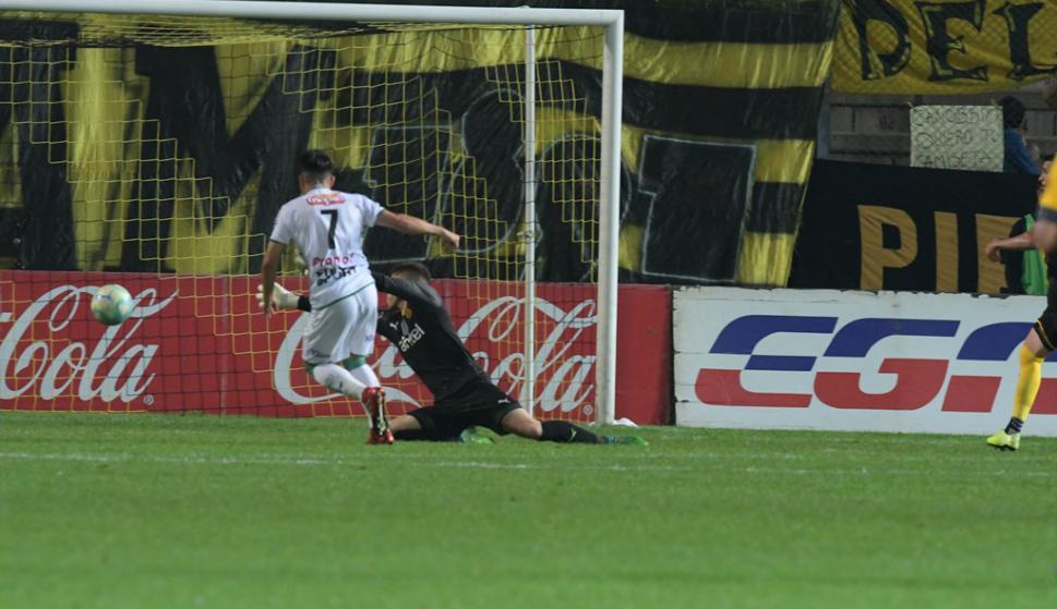 Elías Umeres erró un gol increíble el sábado frente a Peñarol. Foto: Gerardo Pérez.