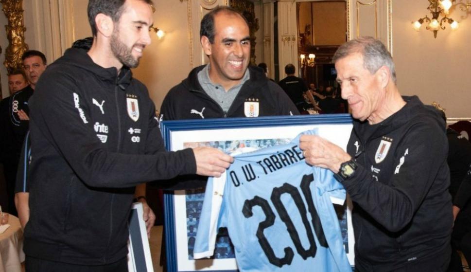 Diego Godín entregándole a Tabárez una camiseta que le remarca sus 200 partidos