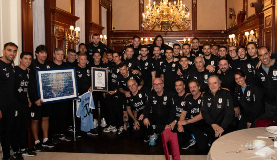 Toda la delegación uruguaya en Budapest junto al maestro Tabárez