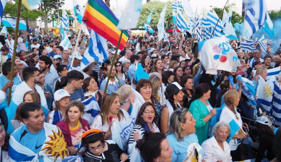 Cientos de simpatizantes de Lacalle Pou y de los partidos de la coalición multicolor salieron a la calle a celebrar el triunfo electoral. Foto: Ricardo Figueredo