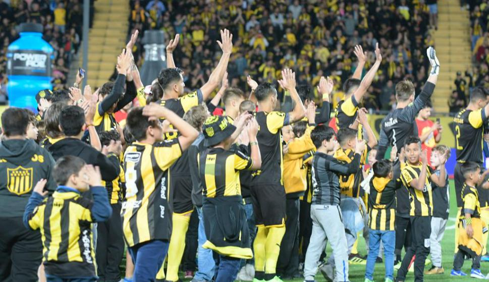 El saludo de los jugadores de Peñarol previo al juego ante Cerro Largo. Foto: Gerardo Pérez.