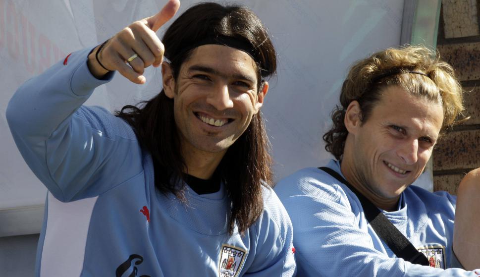 Diego Forlán con Sebastián Abreu. Foto: Archivo El País