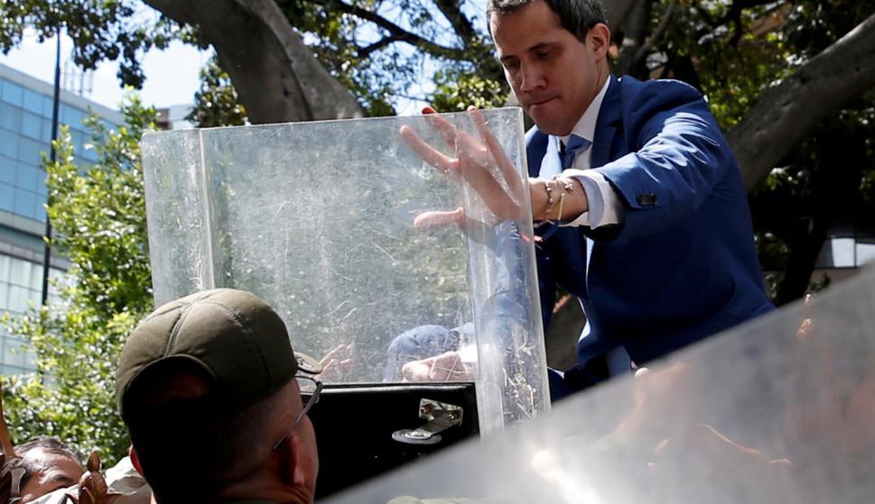 Juan Guaidó frente al Parlamento de Venezuela. Foto: Reuters