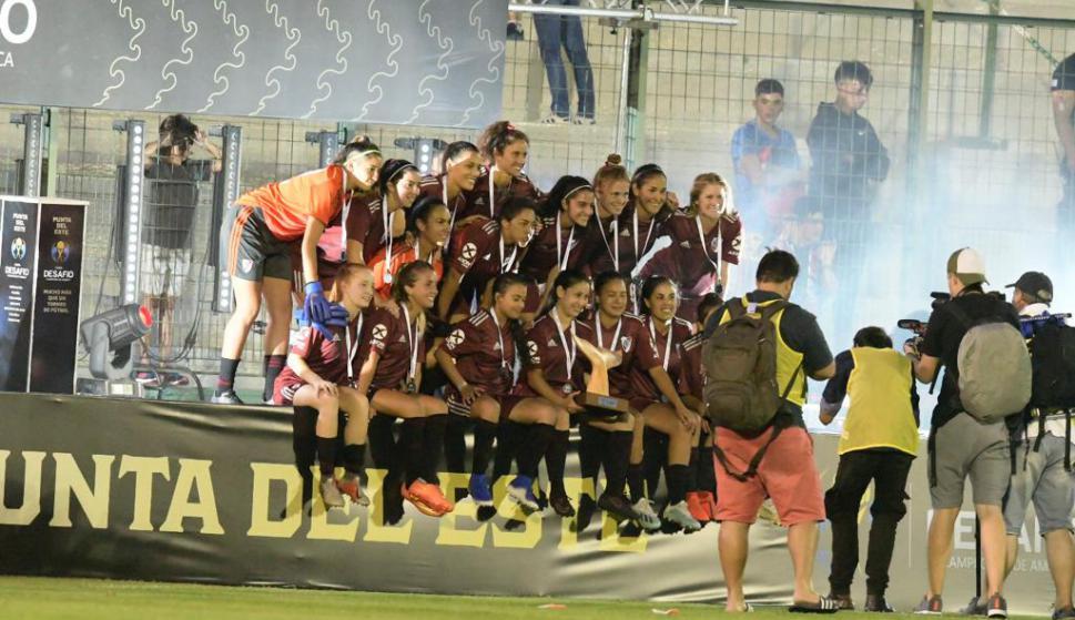 La celebración de las chicas de River Plate tras el triunfo ante Nacional. Foto: Gerardo Pérez.