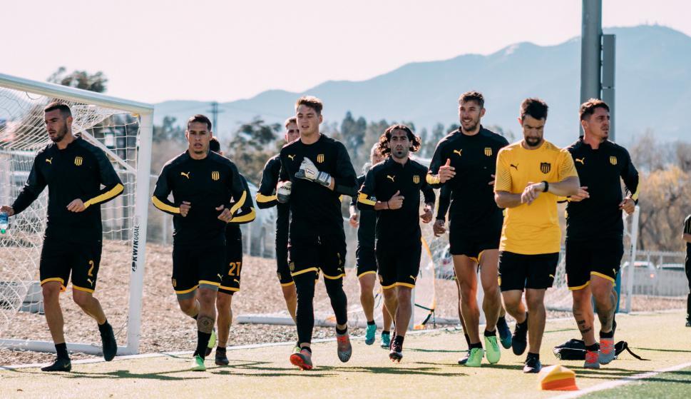 El plantel de Peñarol en otra jornada de entrenamientos en Los Ángeles. Foto: @slvrlakessports.