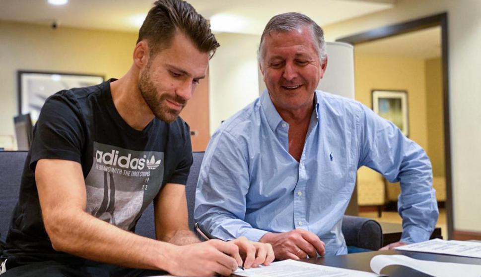 Gary Kagelmacher firmando su contrato con Peñarol junto a Rodolfo Catino. Foto: @OficialCAP.