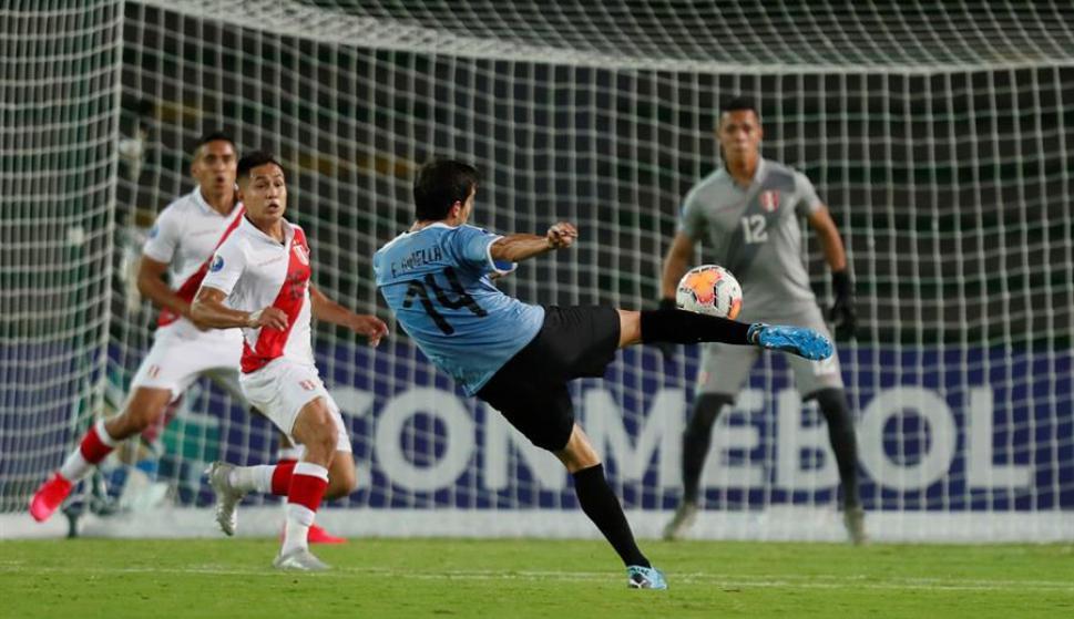 Francisco Ginella en el juego entre Uruguay y Perú en el Sub 23. Foto: EFE.