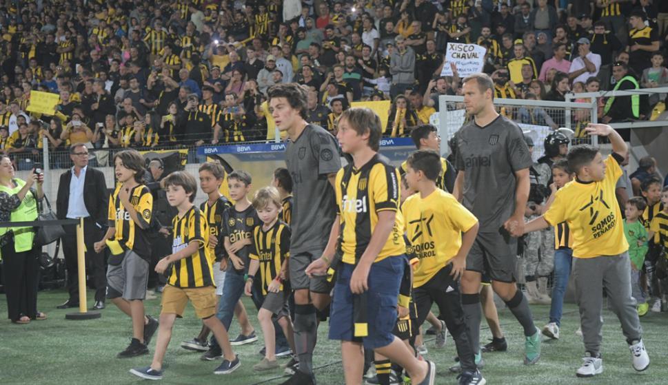 """El hincha de Peñarol disfrutó el viernes de """"La Noche Amarilla y Negra"""" en el Estadio Campeón del Siglo. Foto: Marcelo Bonjour."""