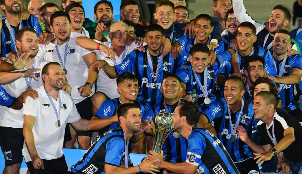 Los jugadores de Liverpool con el trofeo de campeón de la Supercopa Uruguay. Foto: Leonardo Mainé.