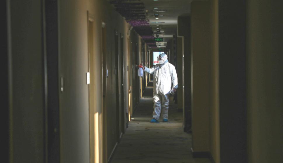 Trajes especiales para desinfectar contra el coronavirus. Foto: AFP