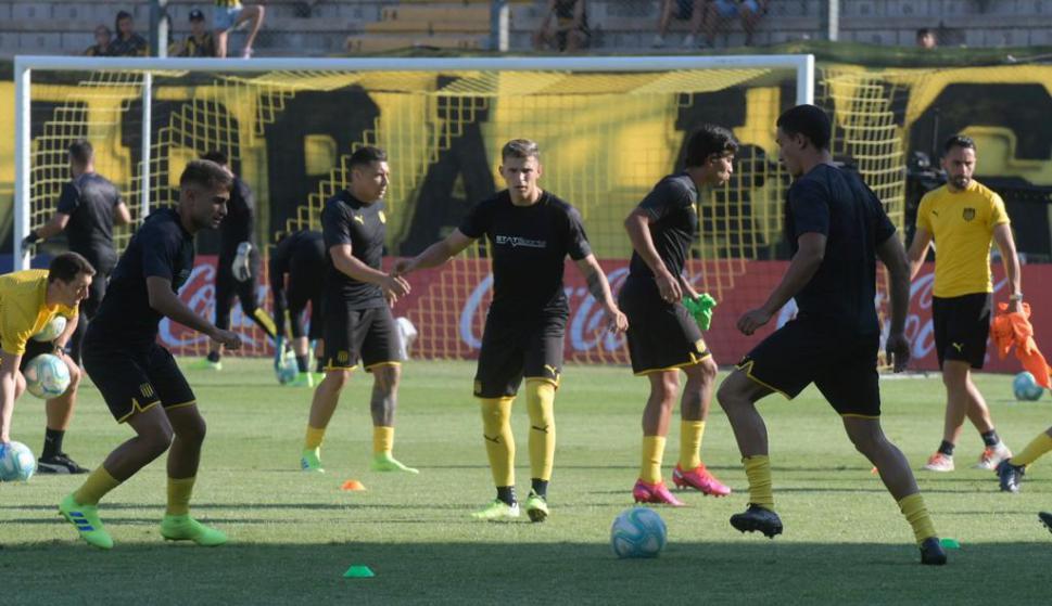 Los jugadores de Peñarol en la previa del encuentro frente a Cerro. Foto: Marcelo Bonjour.