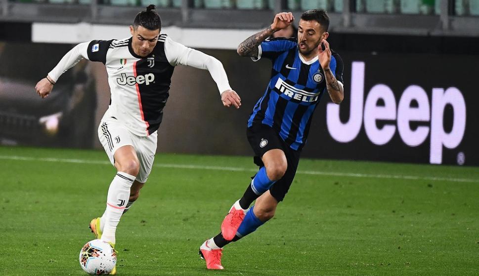 Cristiano Ronaldo y Matías Vecino en el Juventus vs. Inter de MIlán