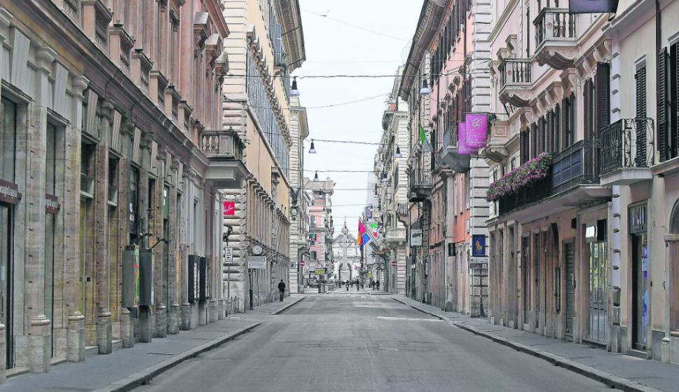 Calles vacías en Roma debido a las restricciones de movimiento dispuestas por el gobierno. Foto: Reuters