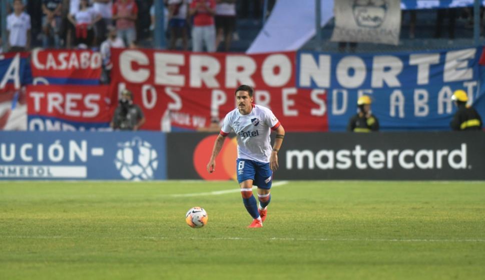 Gabriel Neves en acción contra Estudiantes de Mérida. FOTO: Marcelo Bonjour.