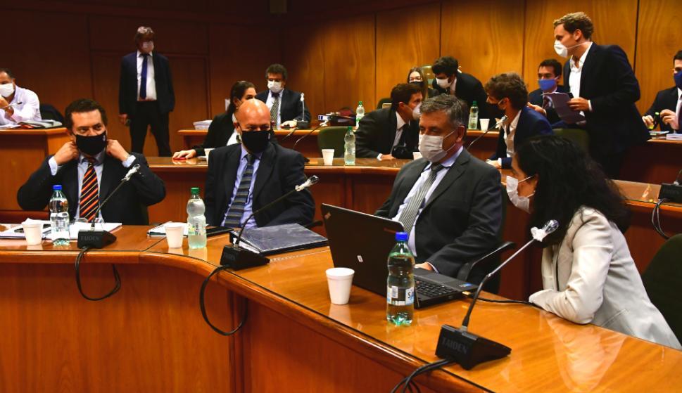 Un grupo de 18 legisladores de la coalición de gobierno se reunió ayer con cinco ministros para analizar y debatir los temas centrales de la ley de urgente consideración. Foto: Francisco Flores