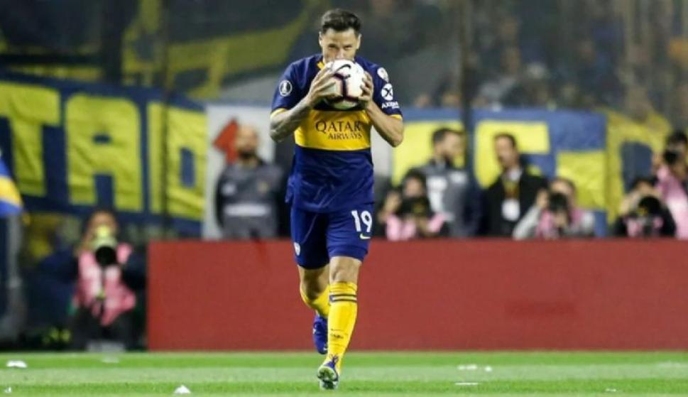 Mauro Zárate besando la pelota tras anotar un gol con Boca Juniors. Foto: EFE.