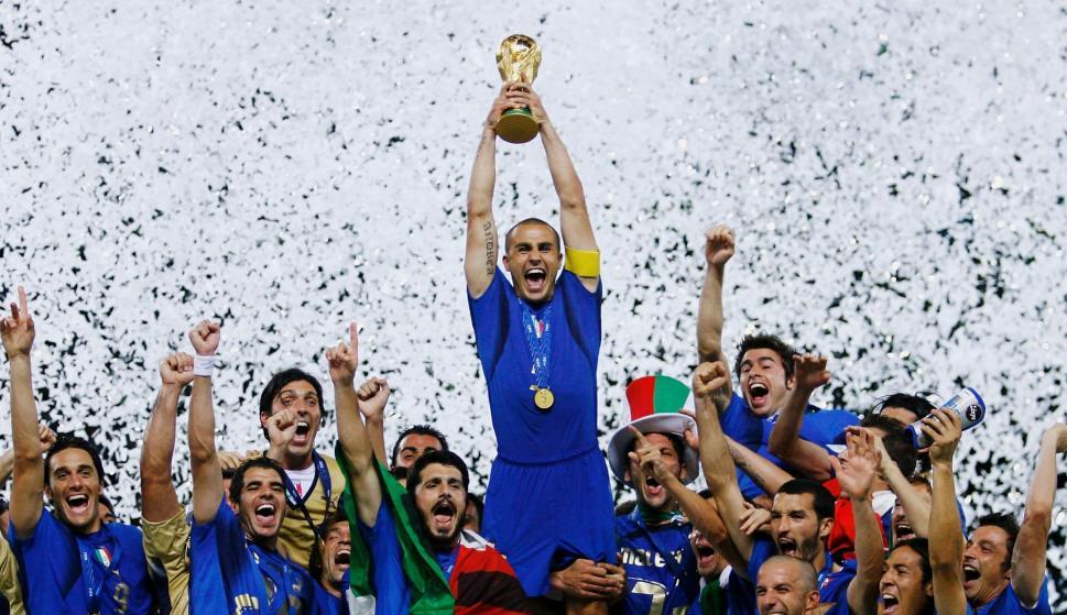 Fabio Cannavaro levantando la copa del Mundial 2006 que Italia ganó en Alemania. Foto: FIFA.