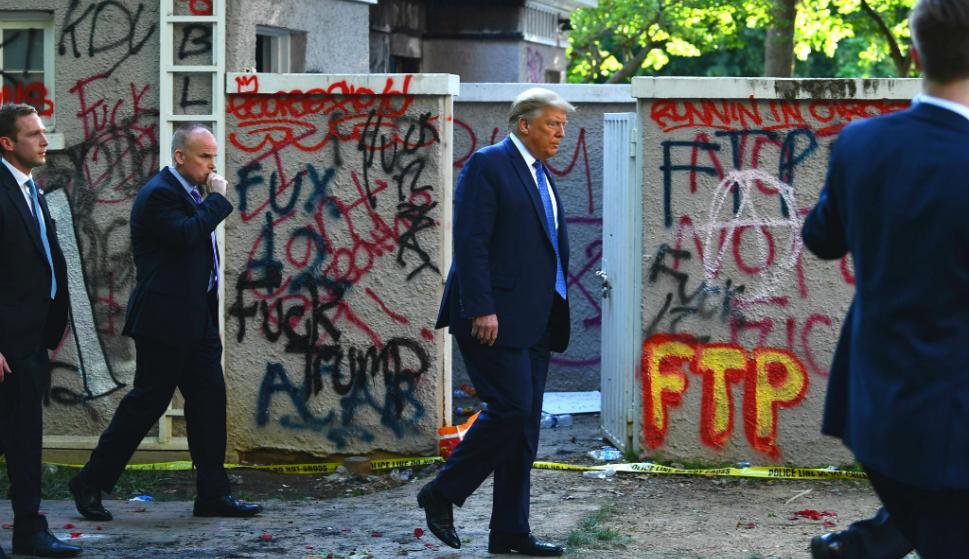Trump caminó hasta una histórica iglesia próxima a la residencia presidencial, que fue dañada el domingo durante las violentas protestas. Foto: AFP